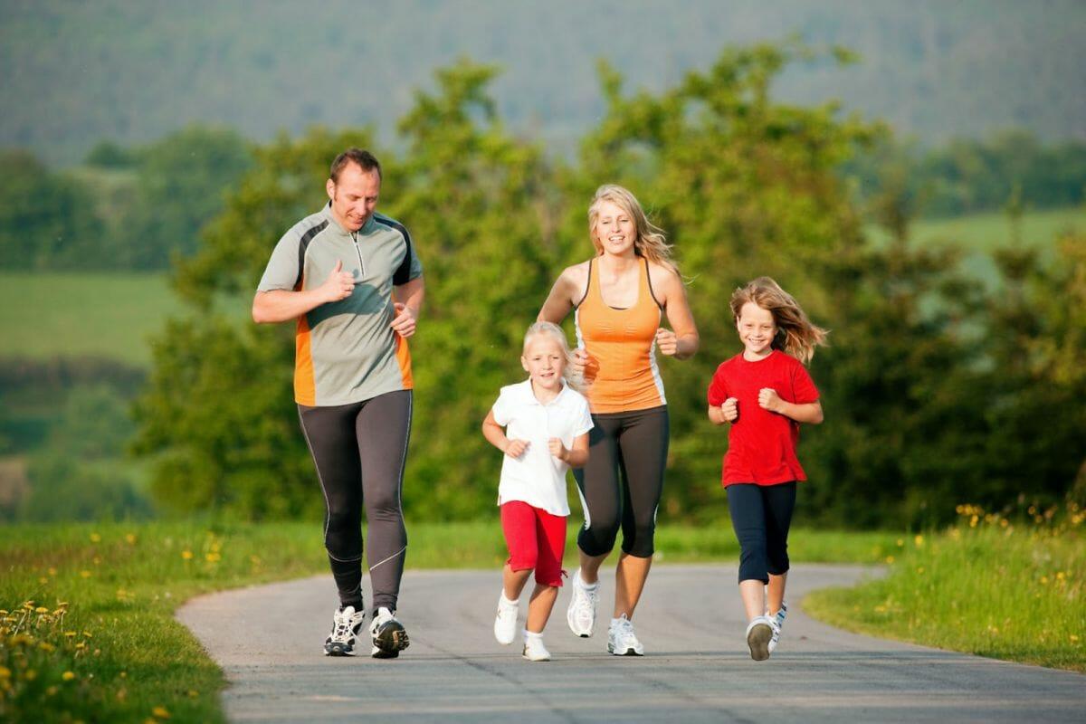 Семья занимается бегом