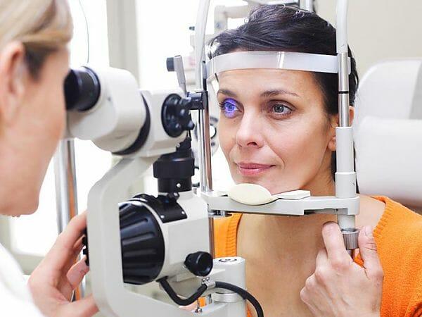 Офтальмолог проверяет зрение