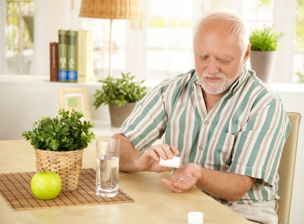 мужчина принимает таблетки