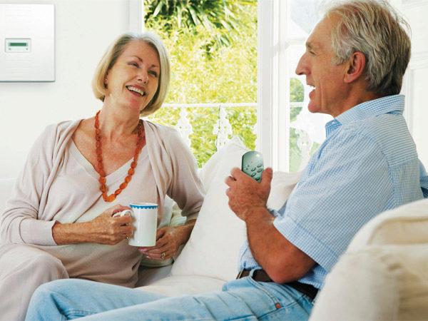 пожилая пара пьет чай