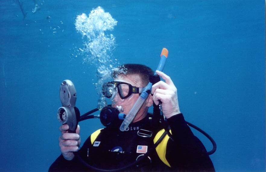 водолаз под водой