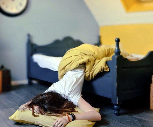 девушка на постели