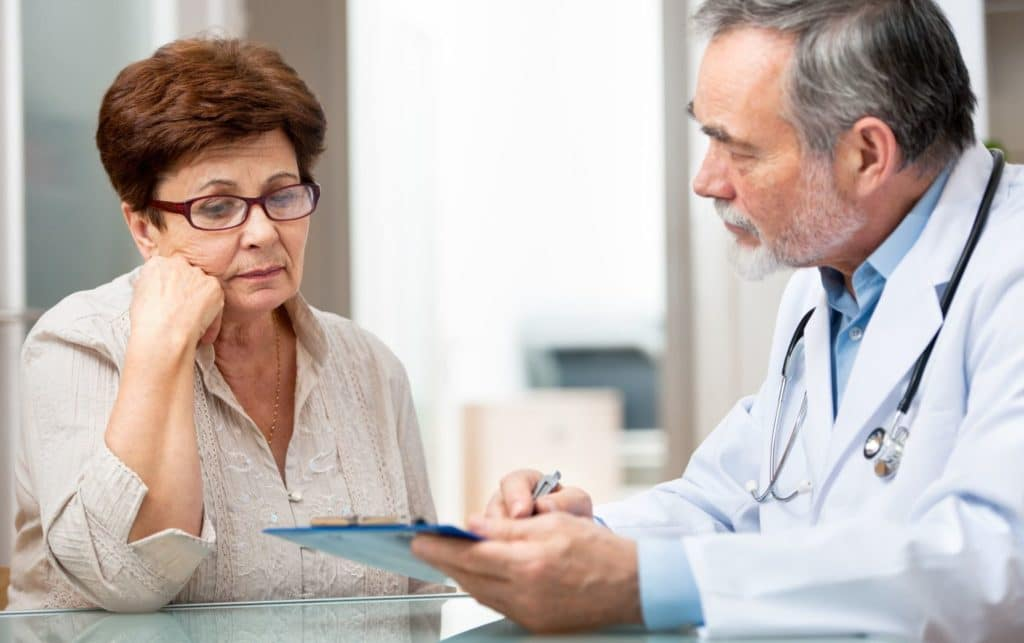 врач и пожилая женщина