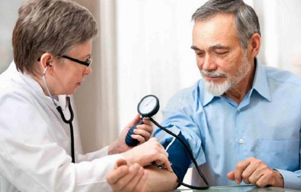 врач измеряет давление у мужчины