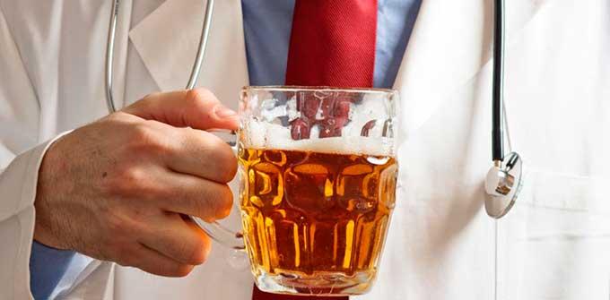 пиво в руках врача