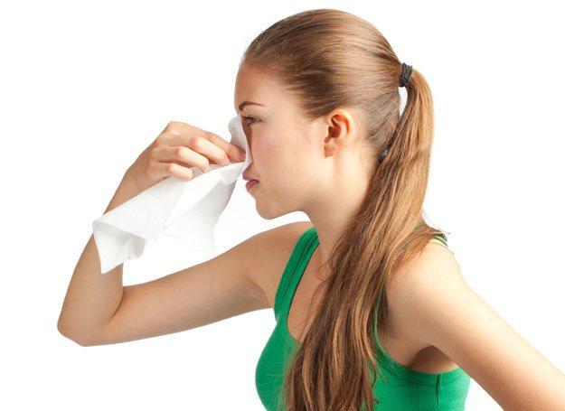 девушка держит салфетку у носа