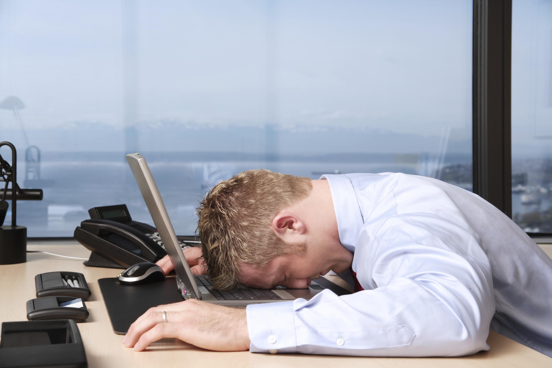 мужчина лежит на ноутбуке