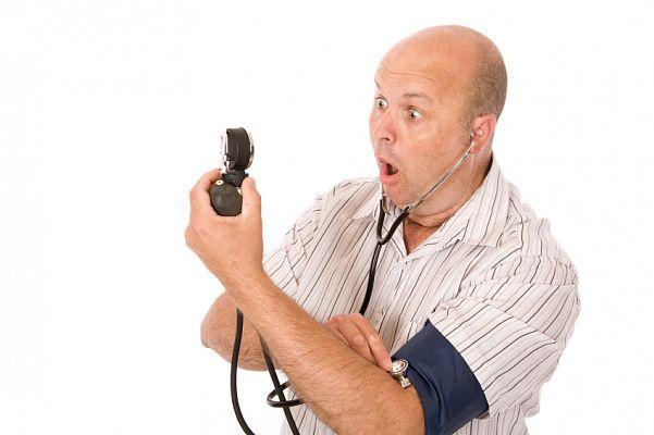удивленный человек измеряет давление