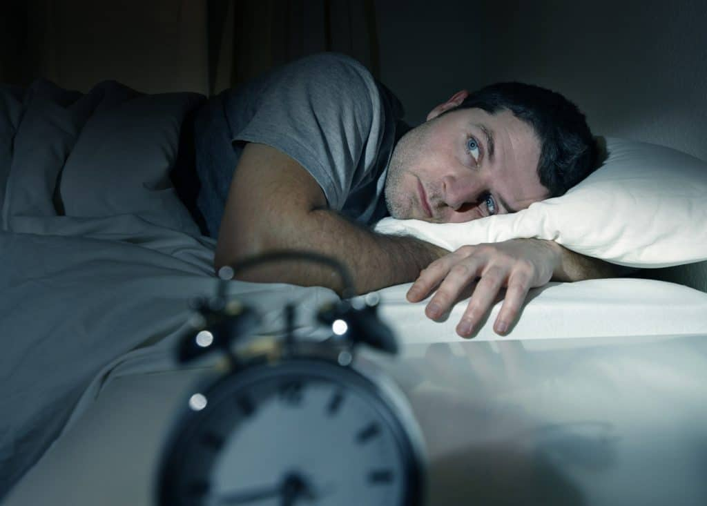 мужчина ночью не спит
