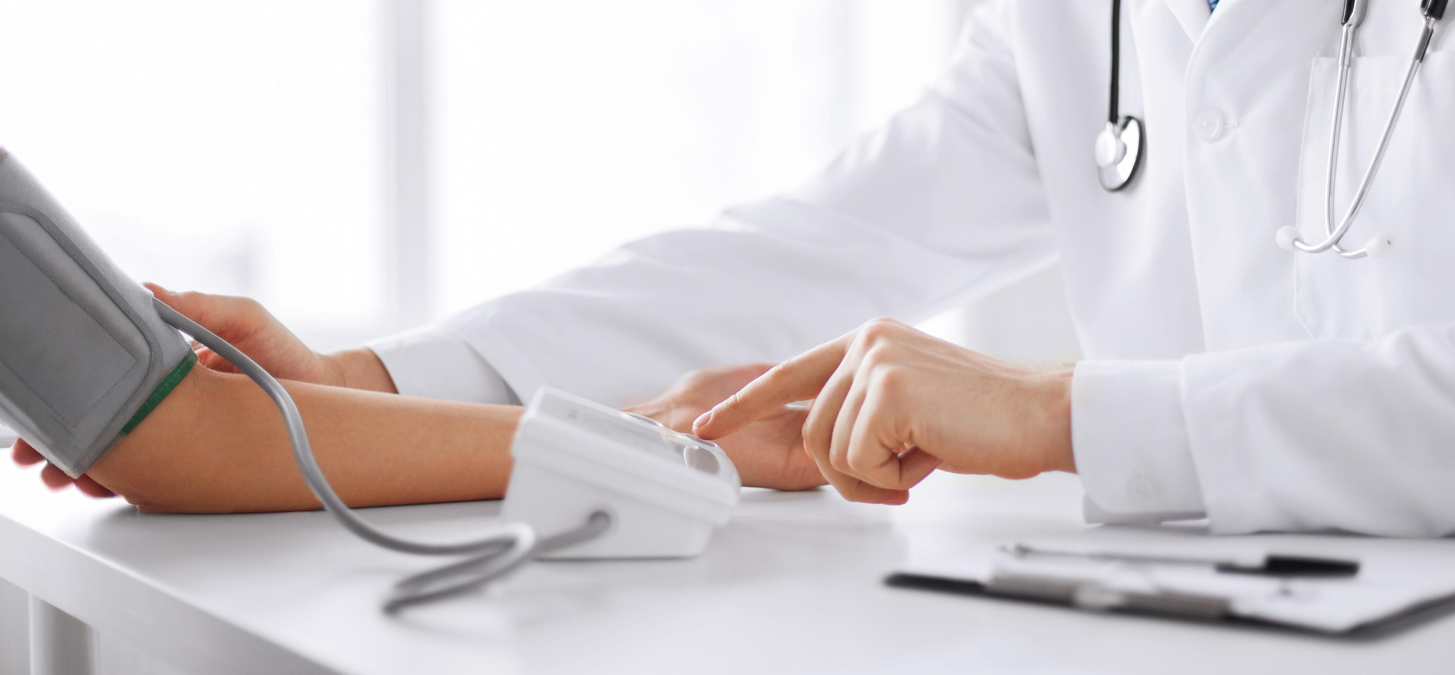 врач измеряет давление пациенту