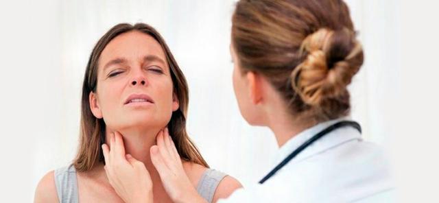 врач ощупывает девушке щитовидную железу