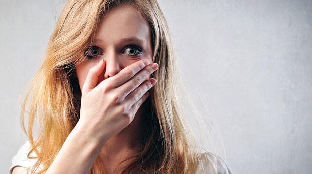 испуганная женщина