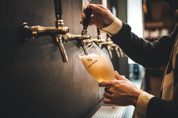 мужчина наливает пиво