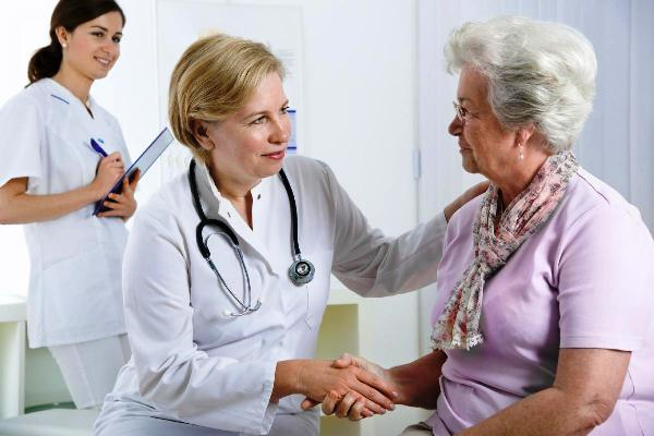 врач с женщиной