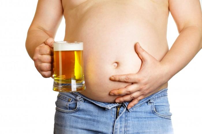 полный мужчина с пивом