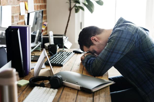 уставший мужчина на работе