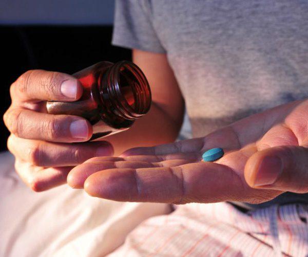 человек ночью пьет таблетку