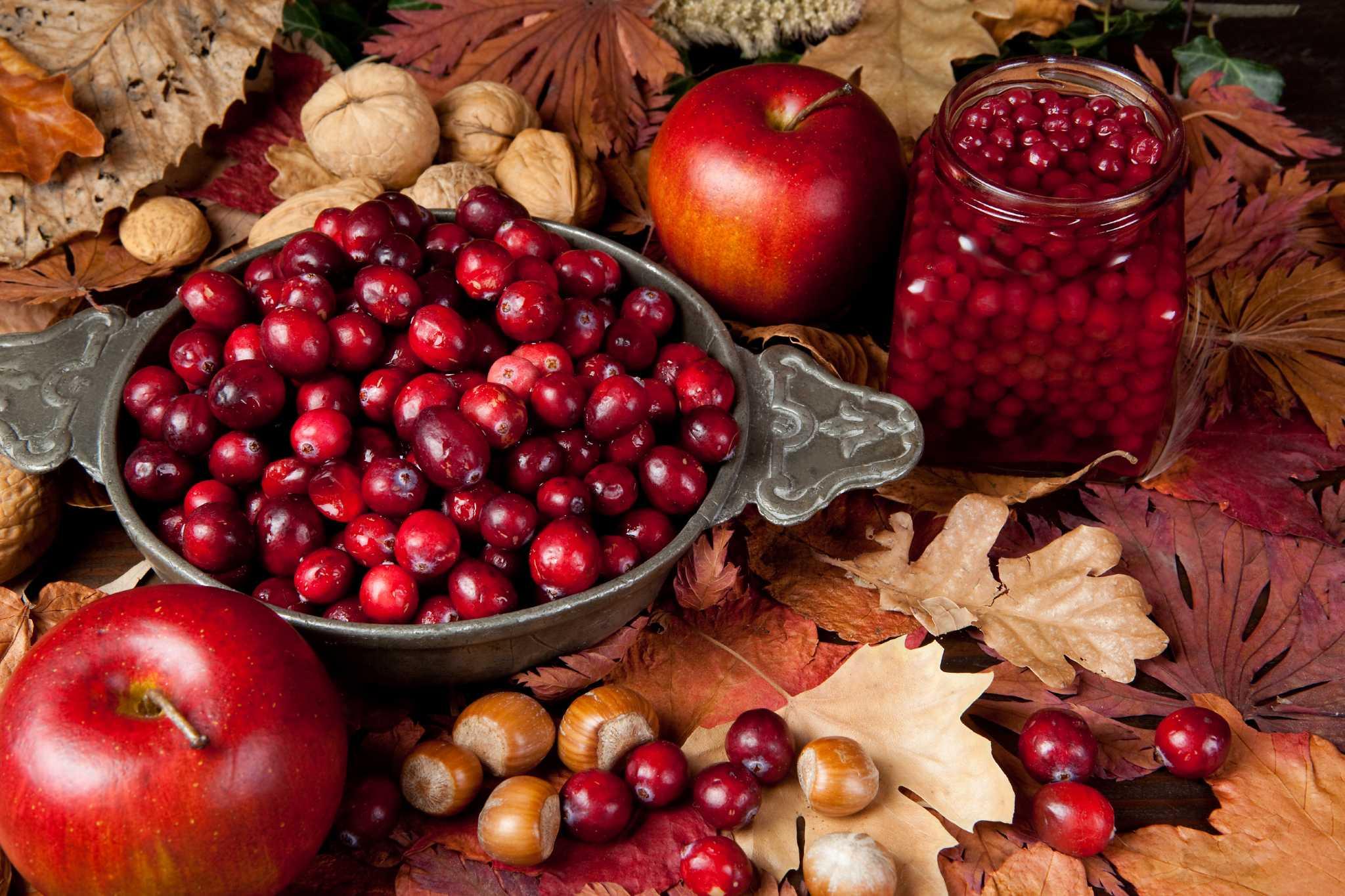 яблоки, ягоды и орехи