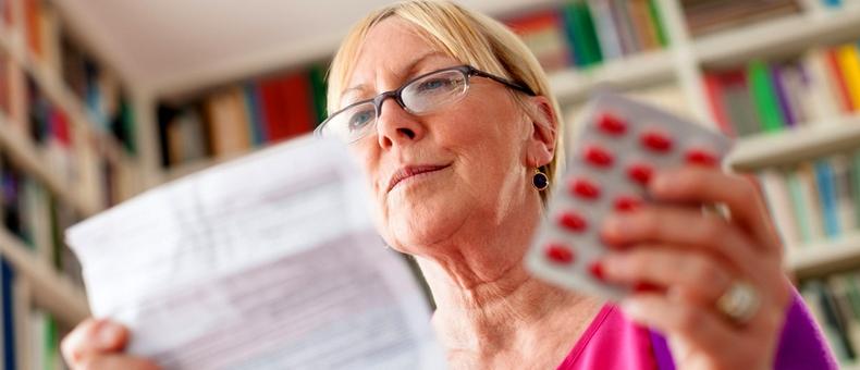 женщина читает инструкцию к лекарству