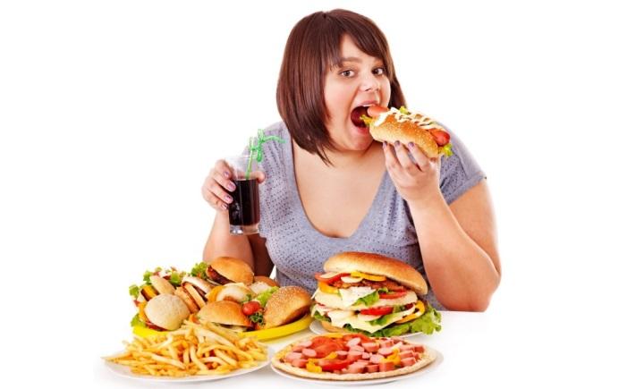 женщина ест бургер
