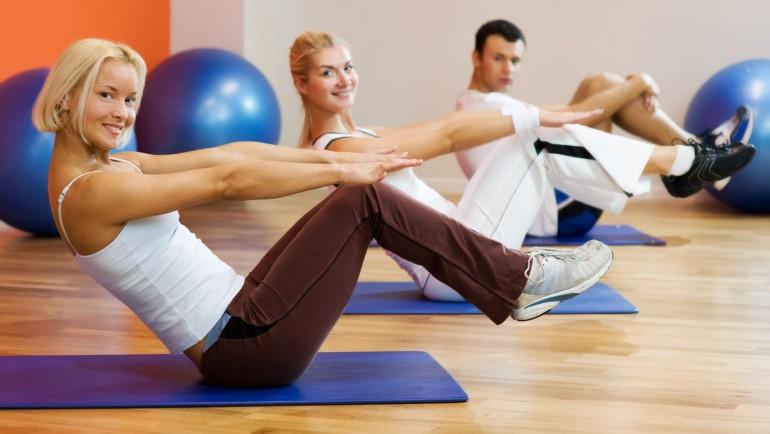 люди занимаются фитнесом