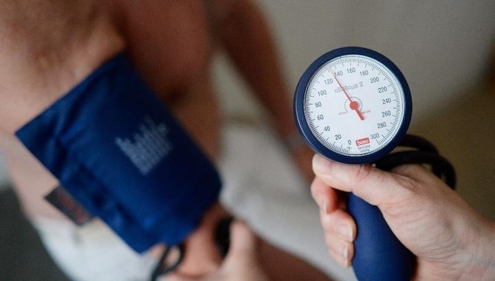 измерение давления мужчине