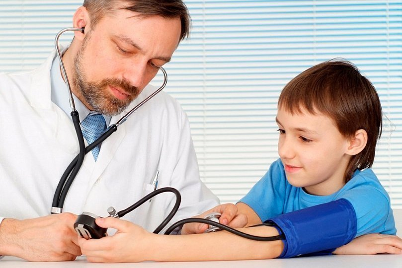 доктор измеряет мальчику давление