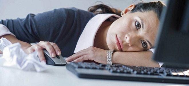 девушка лежит за ноутбуком