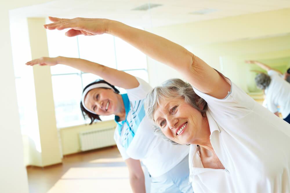 женщины занимаются физкультурой