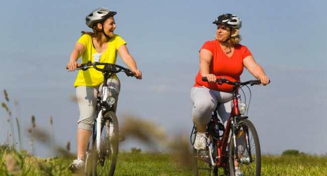 девушки катаются на велосипеде