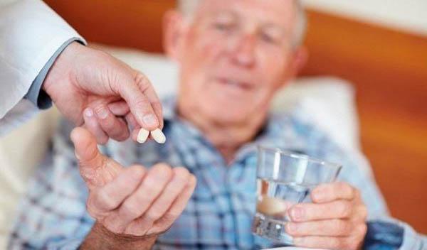 доктор дает мужчине таблетки