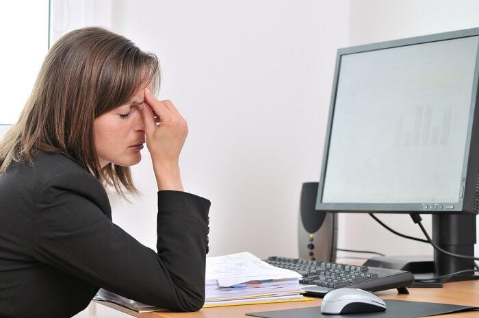 уставшая девушка за компьютером
