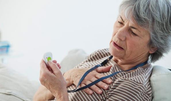 пожилая женщина держится за сердце
