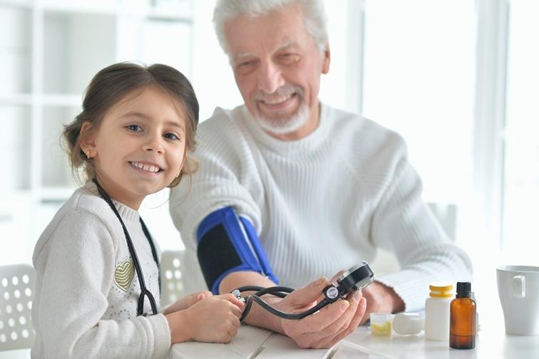мужчина измеряет себе давление и лекарства