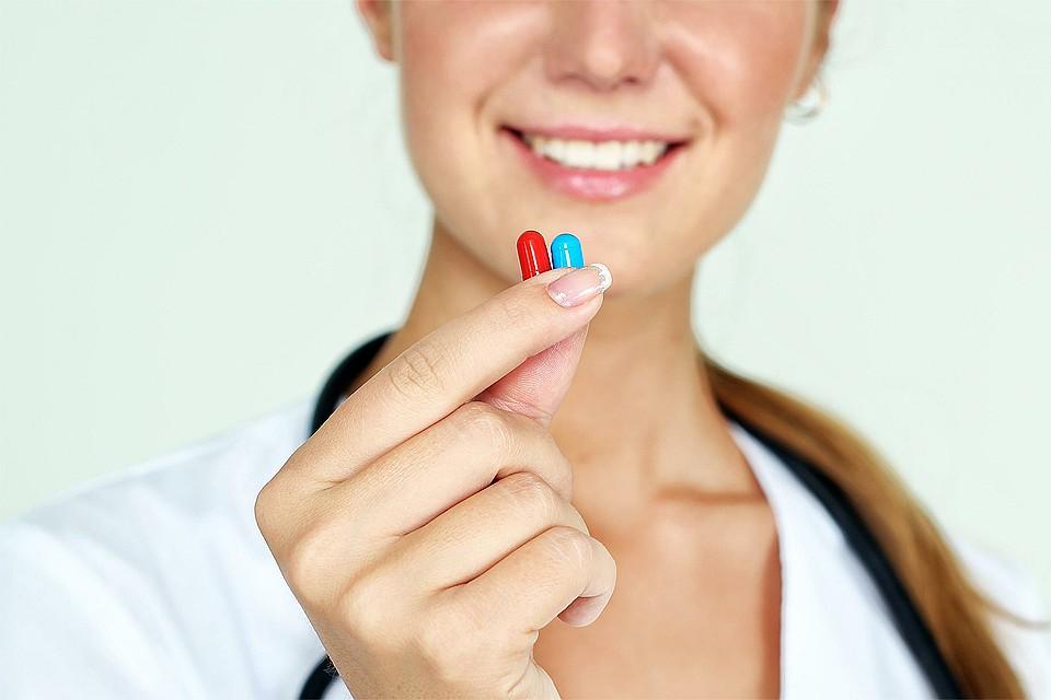 доктор держит в руках таблетки
