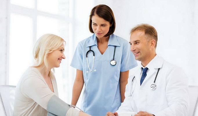 девушка и врачи