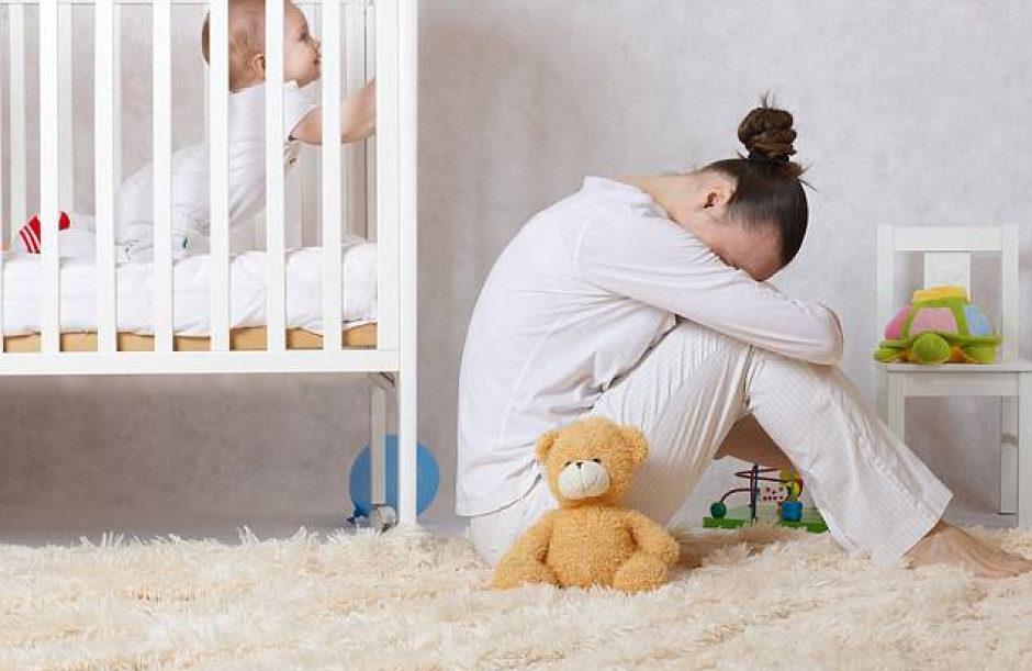 мама и ребенок в кроватке