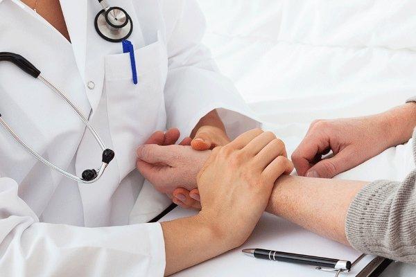 врач меряет пульс
