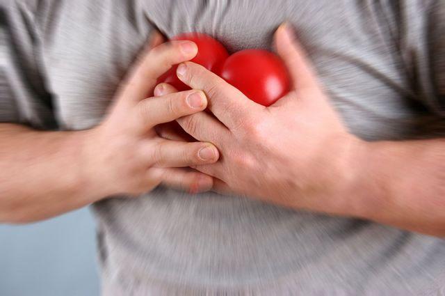 держится за сердце